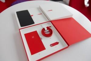 Intet ved One virker billigt, heller ikke indpakning og tilbehør. Den sære lille røde nøglering indeholder et værkstøj til at skubbe SIM-kortholderen ud.